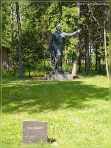 Надгробный камень на могиле Марии Мельникайте и памятник героине из Зарасая (современный парк Грутас)