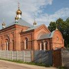 Покровский Климовский мужской монастырь в поселке Климово Брянской области. Слева направо: Покровский собор, Никольская церковь.