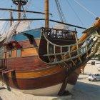 Корабль-ресторан на городском пляже Варны