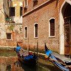 Гондолы возле жилых домов, Венеция