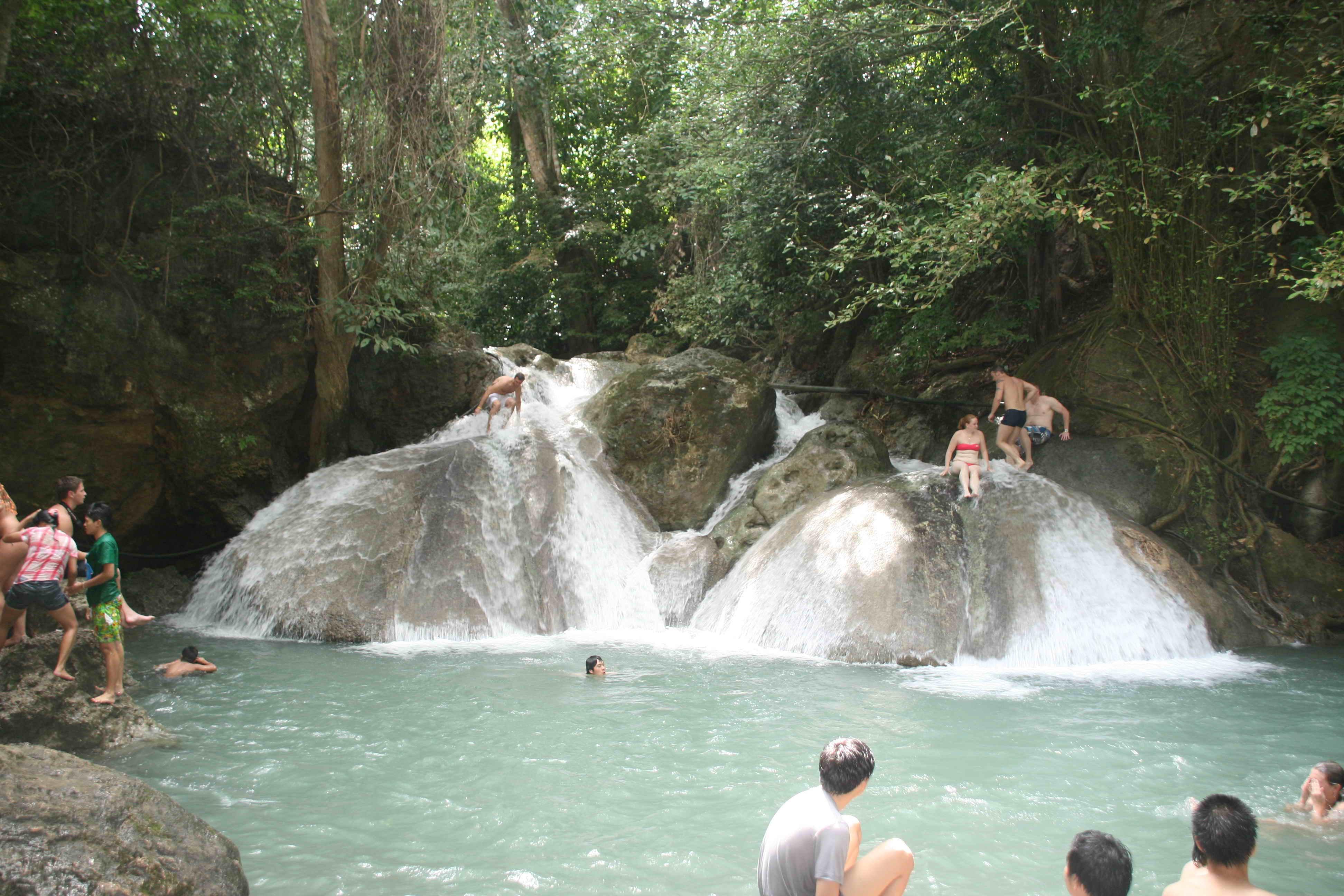 OUTLAST благодаря водопады таиланд к реке квай стирка, значительно